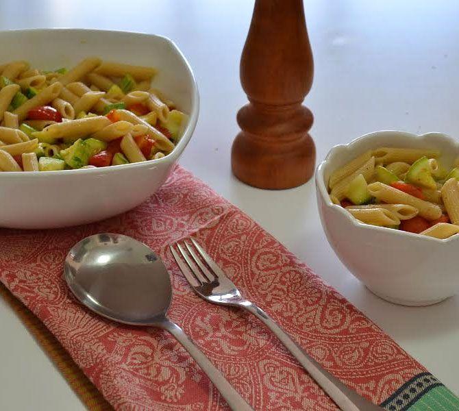 Depois de aprender essa receita de macarrão simples, simpático e saudável com só quatro ingredientes (sem contar sal, pimenta e azeite), lasanha congelada nunca mais.