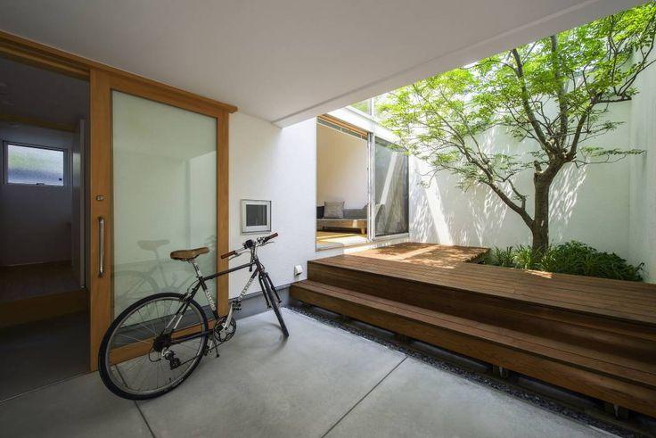 Backyard in a modern Japanese home nippon japan DiAiSM TJANN ACQUiRE UNDERSTANDiNG ACQUiRE DeSiGN UNDERSTANDiNG ATTAism atElIEr dIA