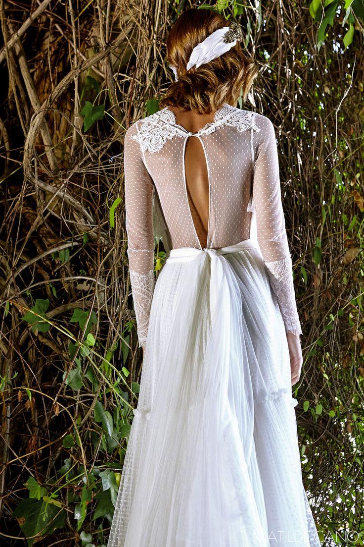 Vestidos de novia. Colección 2017. Espalda con transparencias de plumeti con bordado de encaje en puños y escote