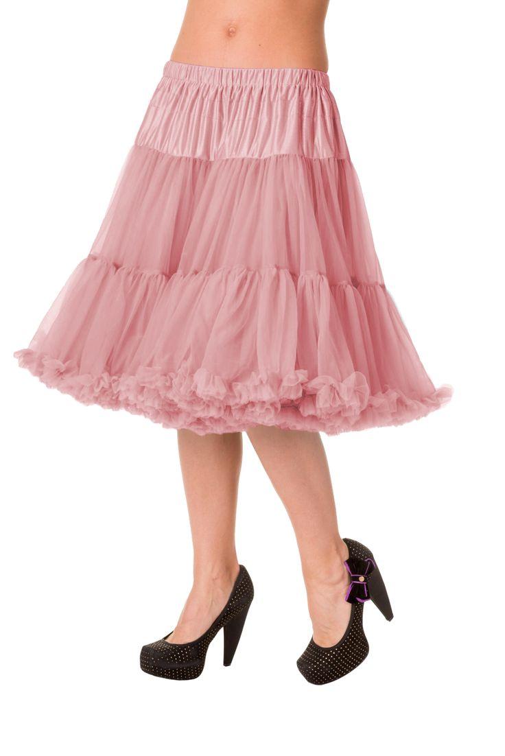 Banned Vintage Pink Spodnička k šatům Spodnička ve stylu 50. let. Krásná šifónová spodnička k šatům s kolovou sukní, příjemná a velmi měkká, dokonale pozvedne výraz šatů, bohatý objem, 2 vrstvy a spodní sukně, 100% polyester, krásná starorůžová barva, délka cca 60 cm, vhodná pro kratší i delší typ šatů (délku lze upravit na cca 55 cm).
