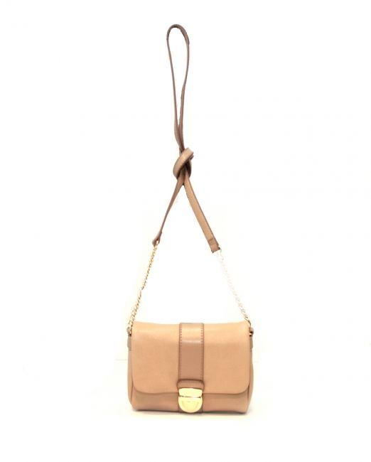 Espritin pieni olkalaukku mikä sopii niin arkeen kuin juhlaan. Laukku on juuri sopivan kokonen että sinne mahtuu lompakko ja puhelin sekä vähän muutakin. Kauniit kultaisen väriset metallihihnakoristeet antavat oman tyylikkään säväyksensä laukkuun - BeBag.fi