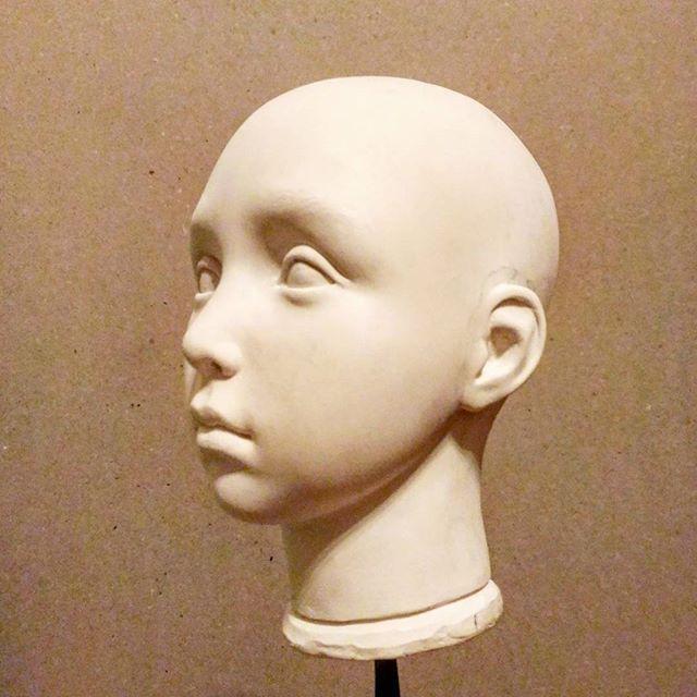 Ох и неделя выдалась! Но воскресение порадовало. Даже немного поработала. Похоже пора расписать её... она сменила уже 4 выражения лица, стала очень серьезной.  Отнимите у меня резак и пластик! #куклысвоимируками #кукла #куклавпроцессе #ладолл #будуарнаякукла #авторскаяработа #artdoll #dollmakingprocess #russianartist #art #sculpt #ladoll