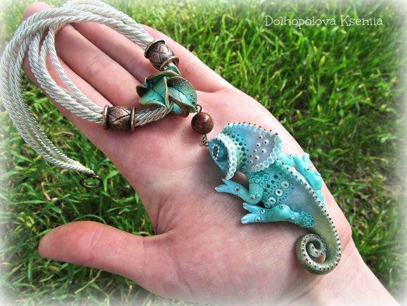 Colgante de arcilla de polímero con chameleon por Polyclaydesign