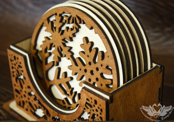 Набор подставок для кружек выполнен из фанеры с применением лазера. В набор входит шесть подставочек размером 9,5 см в диаметре. На каждой подставке имеется объемный орнамент в виде снежинок. Набор может стать хорошим новогодним подарком для вашей подруги, коллеги или родственницы. Купить набор подставок из дерева можно на нашем сайте производителя Канышевы.  #домашнийдекор #экостиль #экодекор #украшениеиздерева #сделанослюбовью #дизайнерскиеукрашения #украшенияручнойработы #авторскаяработа…