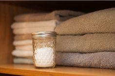 Hier een heel simpel recept om zelf je luchtverfrisser te maken met 2 ingrediënten namelijk zuiveringszout en etherische olie. Lees verder om te zien hoe simpel het is om je  huis heerlijk fris te laten ruiken.
