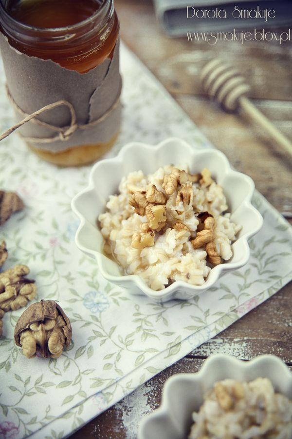 Brązowy ryż na mleku z miodem i orzechami