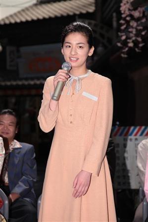時代は戦後を迎え、ヒロイン・糸子(尾野真千子)も洋装を披露