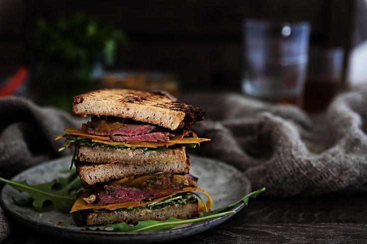 Roastbeef Sandwich mit Mango-Aprikosen-Chutney und Blue Cheese Cream