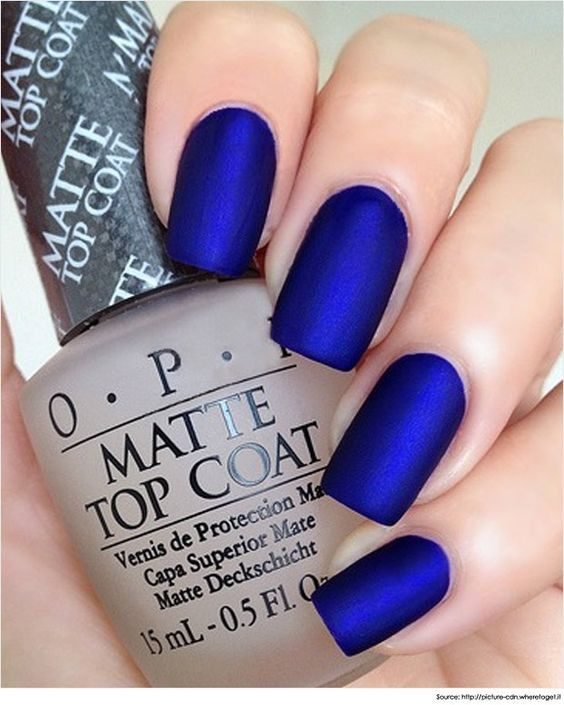 Des ongles mat bleu éléctrique