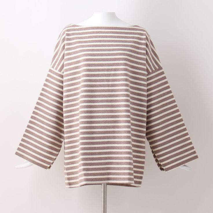 """Border offshoulder T-shirt/Brown ゆるりと身を包む""""ビッグシルエット""""がまさに旬顔。定番のボーダーTシャツも横広ネックでほんのり肌をちらつかせれば、ぐんと女見えしそう。起毛感のある質感が冬らしくムードライク。ボーダー オフショルダー Tシャツ ブラウン"""