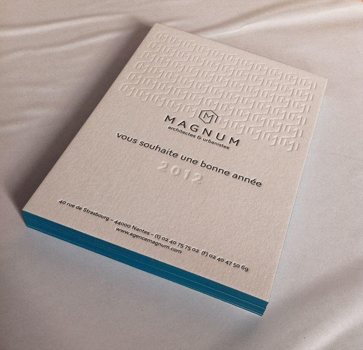 Impression letterpress carte de voeux 15 x 10 cm, débossage pur et impression 1 couleur R° + tranches de couleur sur papier 350g. Design par 2point2