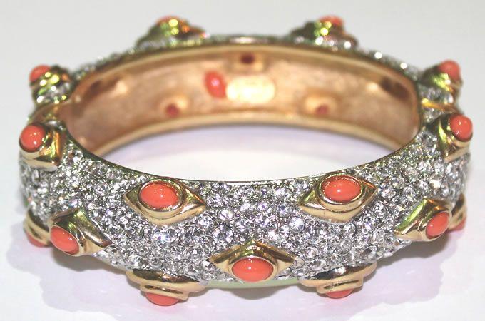 Bracciale con cabochon in resina corallo e cristalli swarovski, firmato Kenneth Lane.