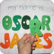 Přiřazování písmen na správné místo: napevno přišitá písmena mají malé knoflíčky a na ty se připevňují stejná písmena. Materiál: filc, bavlna