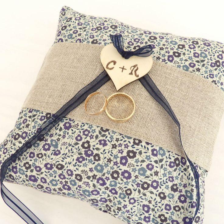 coussin porte alliances mariage en lin et tissu Liberty à fleurs avec un coeur en bois gravé à vos initiales : Presentoir, boîtes par mariageboheme