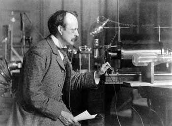 El 30 de abril de 1897, Joseph John Thomson (1856-1940) anunció el descubrimiento del electrón (aunque él no lo llamó así, lo llamó corpúsculo) en una conferencia impartida en la Royal Institution en Londres.