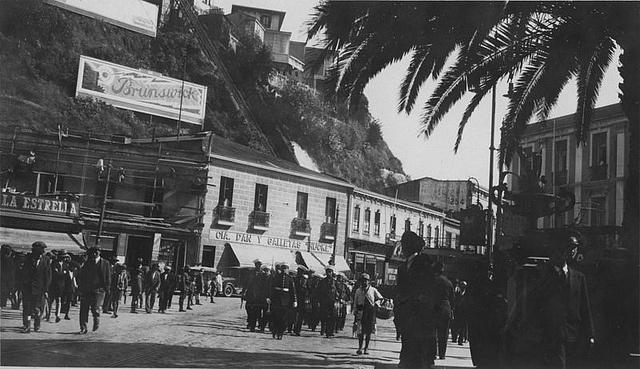 Parada_in_Valparaiso  1929 by santiagonostalgico, via Flickr