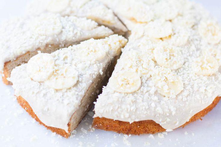 Lekkere zoete cake met banaan en stukjes witte chocolade. Helemaal af met een topping van monchou, boter, poedersuiker en banaan!