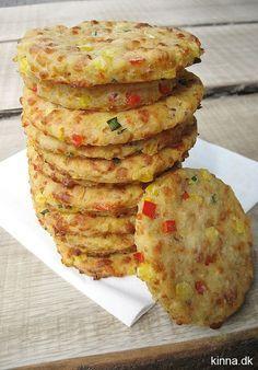 Små, farverige madbrød med majs, ost og purløg – lige til madpakken. (Recipe in Danish)