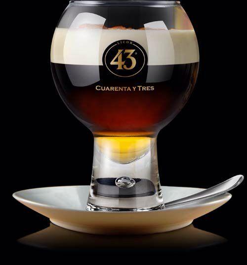 Licor 43 Spanish Coffee  Ingrediënten: Licor 43 koffie slagroom BEREIDINGSWIJZE Verwarm Licor 43 (5cl) in een glas. Schenk er hete, sterke, koffie op. Top af met halfgeslagen, ongezoete slagroom. Garneer met cacao- of kaneelpoeder.