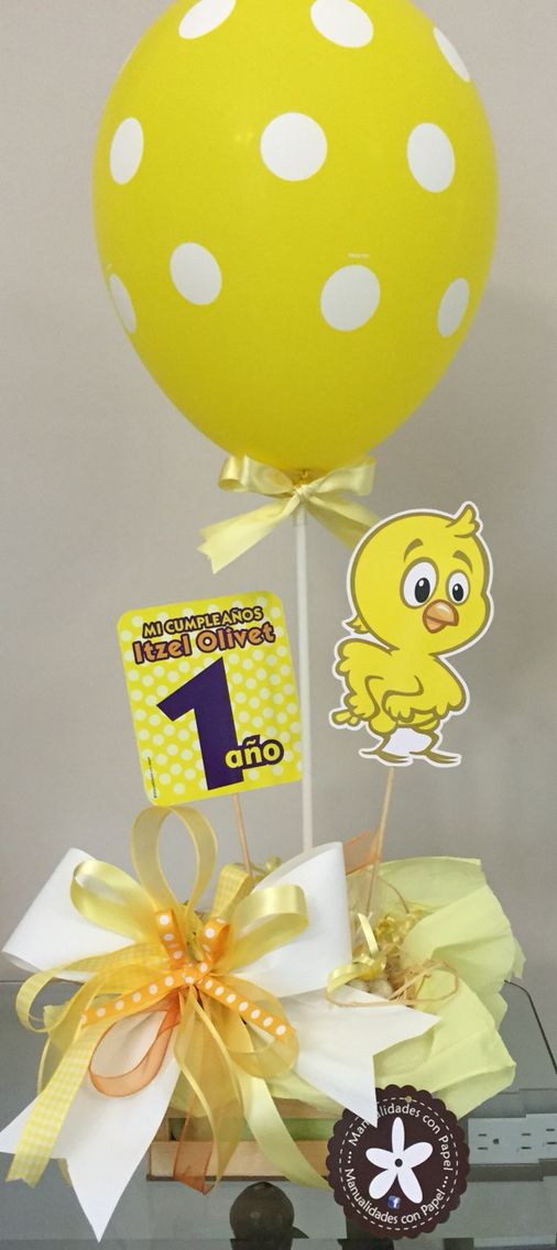Centro de mesa de pollito decorado con globo