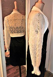 Boleroen strikkes i 2 deler fra ytterste på hvert erme og syes sammen midt bak på ryggen. Deretter strikkes vrangbordkant rundt hele åpningen.