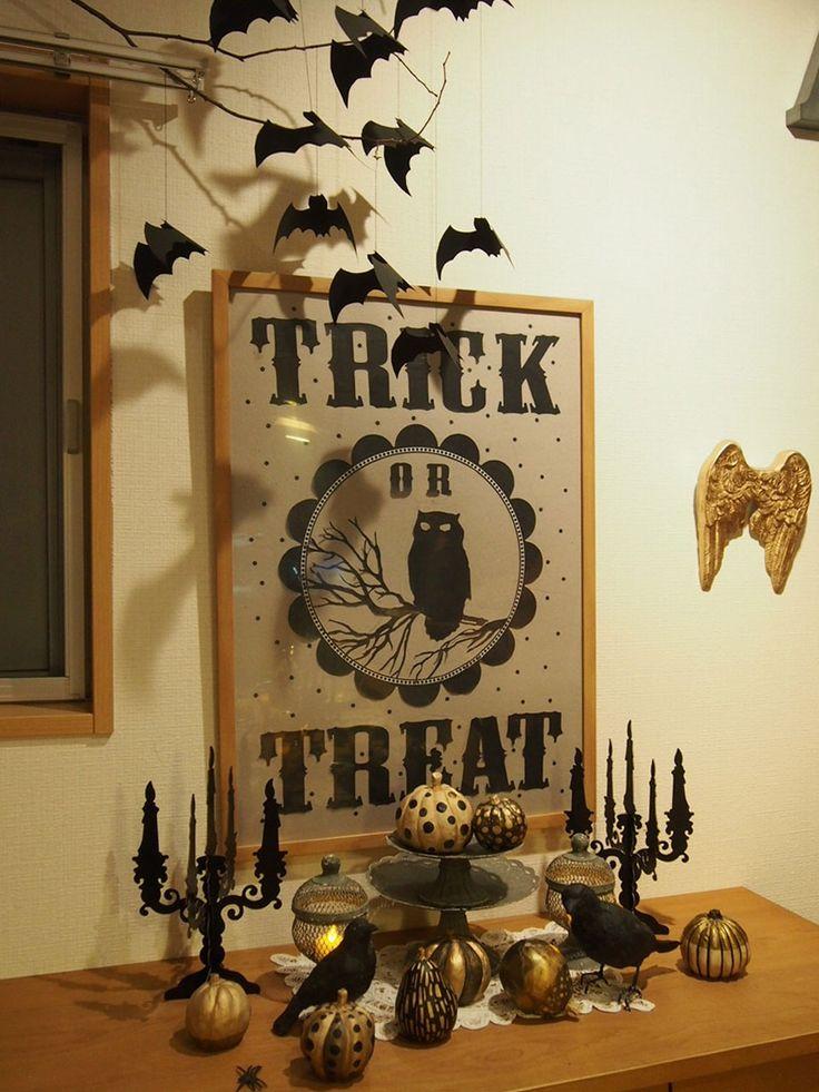 ハロウィンパーティしましたよ。   子供のためのテーブルセッティング。   黒く塗った木にガーランドを掛けて。   チョコペンで作ったク...