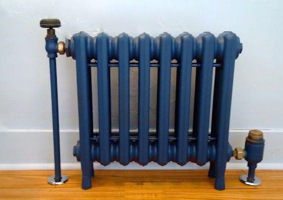 Radiador antiguo pintado en azul