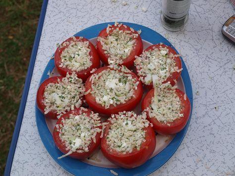 Gevulde courgettes en tomaten zijn altijd een succes op de camping. Vullen met je favoriete ingrediënten en grillen maar. Lees nu verder voor het recept.