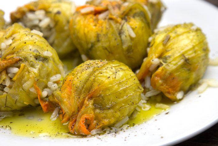 Ευκολη και απλή συνταγή με κορυφαία γεύση για κολοκυθανθούς ή κολοκυθοκορφάδες γεμιστούς Σμυρνέϊκους