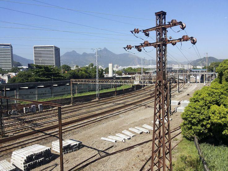 Linha do trem (SuperVia), vista do telhado de empresa em São Cristóvão. Detalhe pro Maracanã ao fundo.