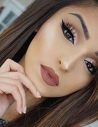 Crisp glowy makeup