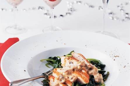 Parelhoenfilet met champignonroomsaus en spinazie - Hoofdgerecht Kerstrecepten