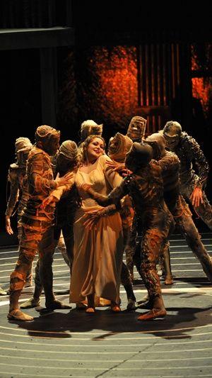 La Francesca de Catherine Hunold, en revanche, est une magnifique découverte. La chanteuse française impressionne par sa superbe vocalità de soprano dramatique, sa voix ample et riche se doublant en outre de remarquables dons d'actrice. On rêve maintenant de l'entendre dans les rôles d'Isolde ou d'Ariadne, inscrits à son répertoire.