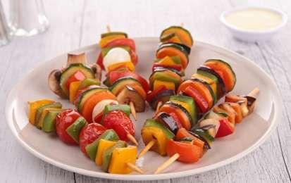 Spiedini di verdura - Ecco la ricetta e le varianti più famose degli spiedini di verdura. Gli spiedini di verdura sono un leggero antipasto o secondo piatto da gustare tiepido oppure a temperatura ambiente. Potete proporre questo semplice piatto come uno sfizioso aperitivo, a pranzo oppure per una cena informale tra amici. Gli spiedini di verdure possono essere cotti alla griglia oppure abbrustoliti in padella. La ricetta è anche estremamente personalizzabile. Sostituendo qualche verdure o…