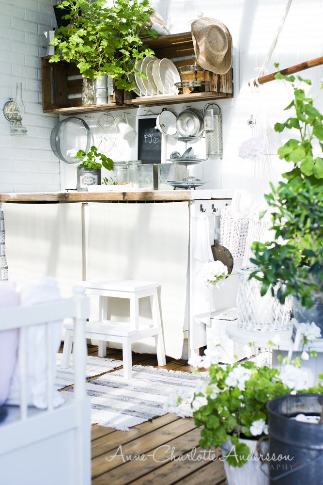 Ett ute kök med mera ska fixas så att man kan leva livet ute så mycket som möjligt under sommar och vår.
