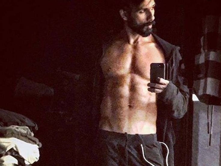 Shahid Kapoor flaunts his six-pack abs in his latest selfie