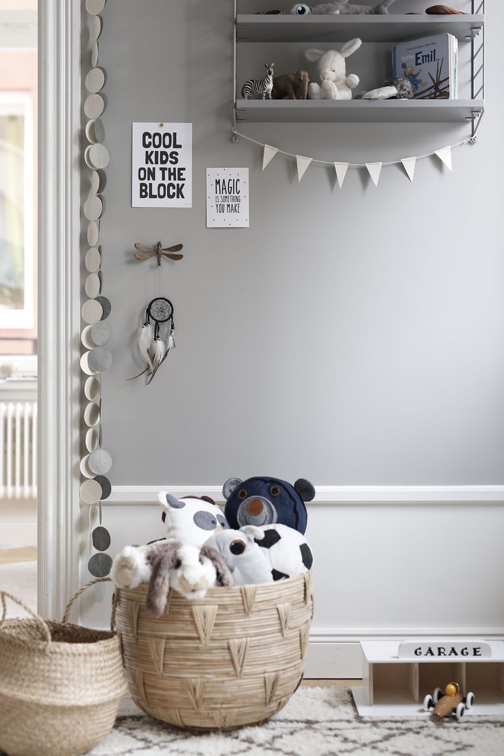 Kids room with baskets for storage and grey String shelve for display