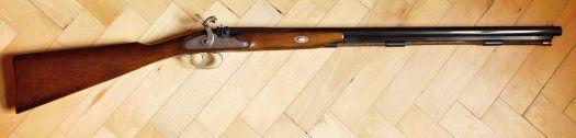 """Perkusní brokovnice - předovka - Dikar Trapper cal.12 - Prodám perkusní brokovnici Trapper, cal.12 /18,3mm/, celk. délka 115cm, hlaveň 72cm, hmotnost 2,5kg. Prakticky nová, ve slušné kvalitě výroby z konce 80-tých let. Možno střílet hromadnou i jednotnou střelou. Moderní, bezpečná zbraň s tormentací, na míle vzdálená nabízeným shnilým a rezavým """"historickým originálúm"""". Zbraň kategorie D, bez ZP, od 18 let. Pošta po ČR není…"""