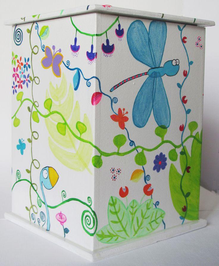 Caja pintada a mano con acrílico y barnizadas. Ventana de vidrio. Medidas: 19,5 x 13,5 x 13,5. contacto@amanopla.com.ar