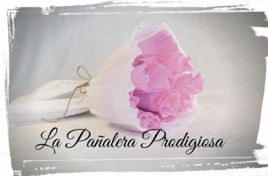 Un regalo muy dulce para una mamá romántica.Es aparte de un detalle muy elegante , una idea muy práctica, ya que en su interior contiene pañales para el uso del bebé.