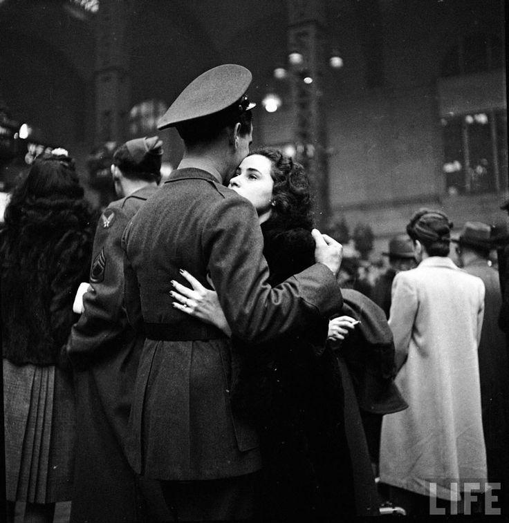 Saluti alle truppe in partenza alla stazione Penn di New York. Aprile, 1943. Alfred Eisenstaedt