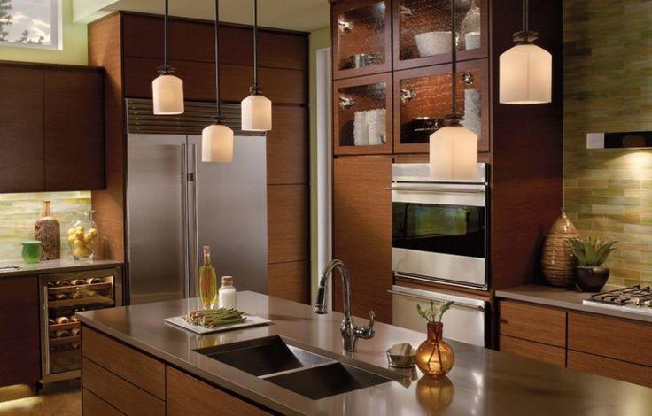 Kücheninsel mit Edelstahl Arbeitsplatte und Pendelleuchten
