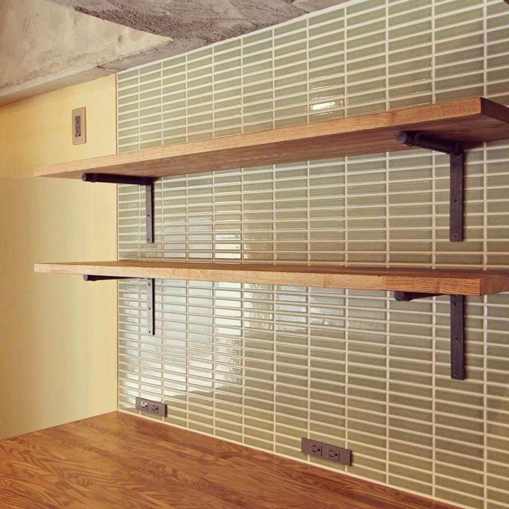 """キッチンの壁、一部分だけをタイルにするだけでも 素敵な空間に変わります🎵 ・ 新""""リノベーション竣工写真 UP"""" 【広々シンプルな空間の真ん中に佇むキッチンカウンター】 料理&食事好きなご夫婦の希望で作られた、アイランドのキッチンカウンター。収納棚は扉をつくらず開放的なオープンスタイルに。ついつい、集まりたくなる空間です。 フルスケルトンリノベーションのこちらのお家、あえて小部屋をつくらず、LDをとにかく広々と。壁はこれから施主さまがDIY塗装される予定。今後の変身が、さらに楽しみなお家です!! ・ 間取り・詳細HPにUPしています(マンション/ 62㎡)▶http://www.fieldgarage.com/works_page/apartment/93_yushima.html ・ #リノベーション #フィールドガレージ #建築設計 #設計 #設計事務所 #リノベ #インテリア #家具 #中目黒 #目黒区 #マンション #戸建て #マンションリノベーション #戸建てリノベーション #みのむし不動産 #物件探し #収納棚 #棚 #見せる収納 #タイル #キッチン…"""