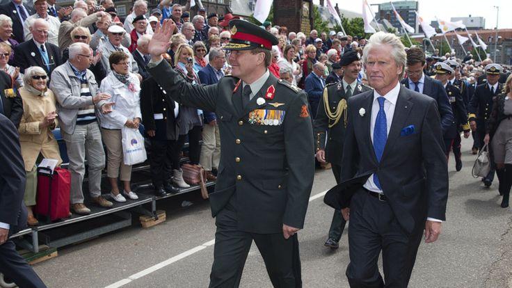 De kleren van de koning: uniform of kostuum? | NOS. veteranen 2013.