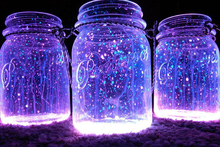 """Em nossas pesquisas pela internet, nos deparamos com várias imagens, muito bonitas por sinal, das """"Glow Jars"""", as jarras que brilham no escuro, que apelidamos carinhosamente de """"jarras vagalume"""". O objetivo é usar a criatividade para fazer esse item de baixo custo, que dá muito pouco trabalho e é umbelíssimoelemento de decoração. Vamos ao passo-a-passo. …"""