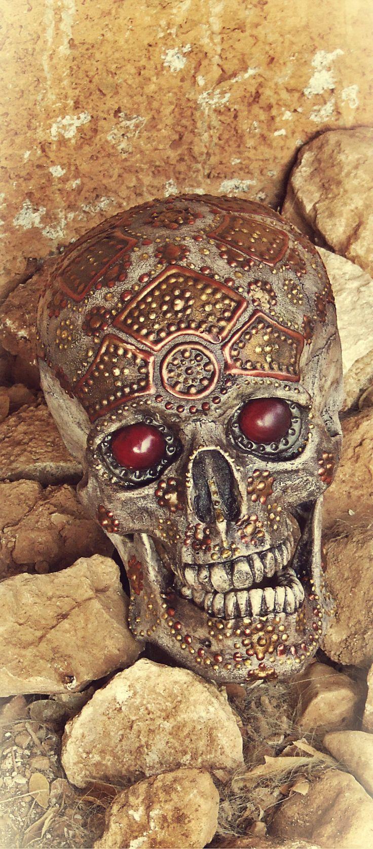 Réplica de cráneo humano ornamentado a la manera de los dracónidas. De la Mathomería.