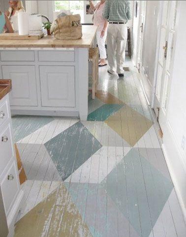 peinture sur parquet cuisine. Grands motifs géométrique de couleurs gris clair, gris souri, blanc et ocre jaune