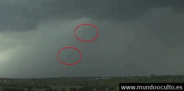 Ovnis absorben energía de tormenta durante un informe meteorológico en vivo!