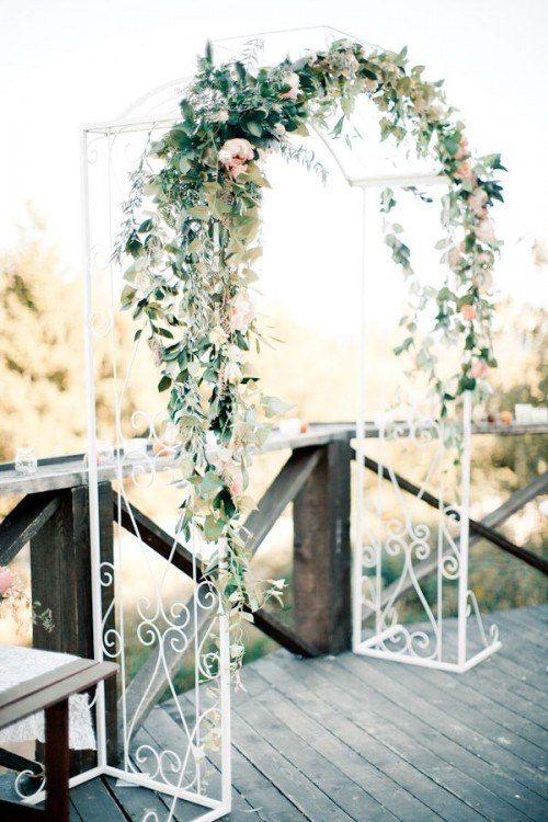 Un zoom d'une arche de mariage en blanc