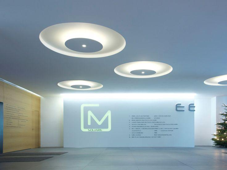M-Square, München, 2015     In Zusammenarbeit mit luxophil entwickelten und bauten wir für eine Empfangshalle eines Geschäftshauses im Münchner Westend Lichtobjekte und Leuchten, die den Räumen Charakter geben und so eine angenehme Lichtatmosphäre schaffen.     Architekt: Büscher Architekten, München  Lichtplanung: luxophil, München  Fotografie: Lichtlauf